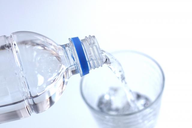 お酒と一緒に水も飲もう!10年間和らぎ水を飲み続けてきた実感