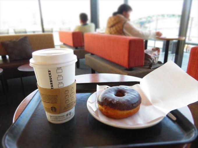 スタバのコーヒーとドーナツ