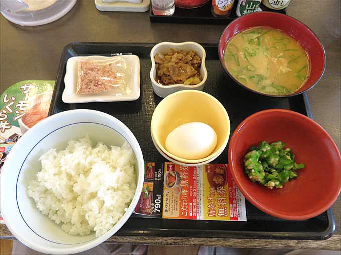 なか卯の朝まぜご飯牛小鉢とん汁