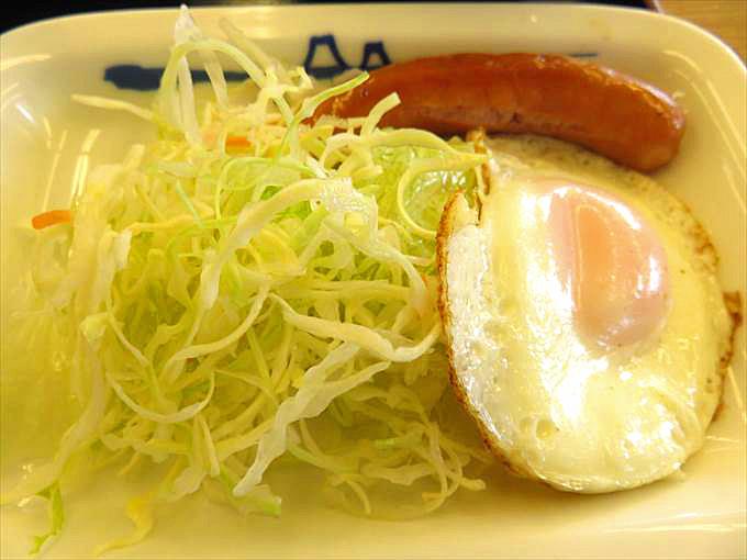 松屋のソーセージエッグとサラダ