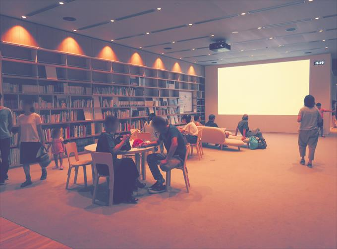富山県美術館図書コーナー
