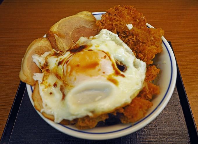 チャーシューエッグチキンカツ丼