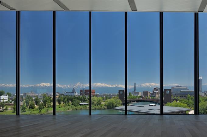 館内から見える立山連峰