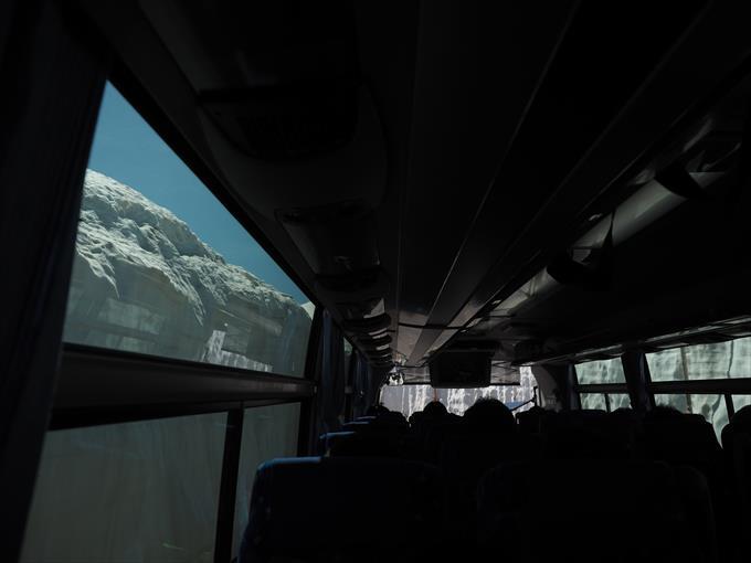 バスから見る雪の大谷