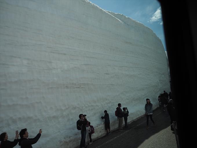 高原バスから見る雪の大谷