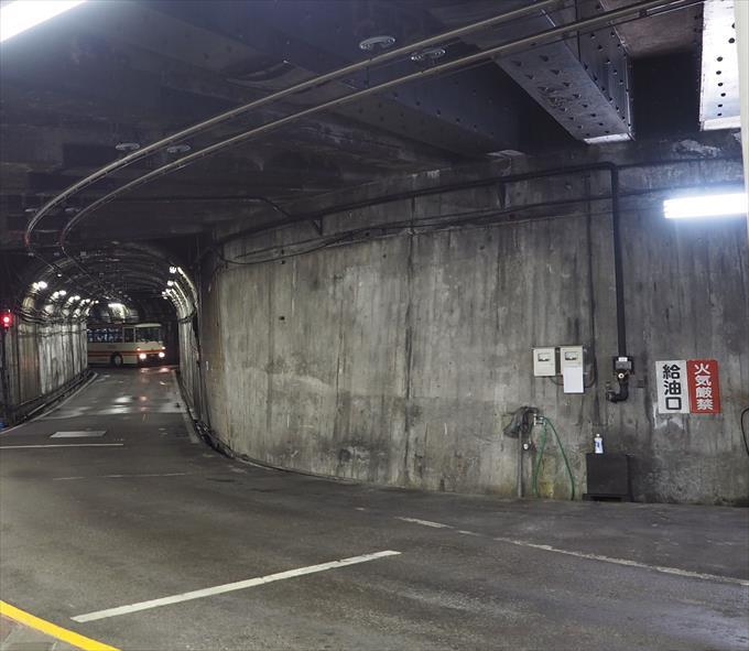 トロリーバスのトンネルと架線