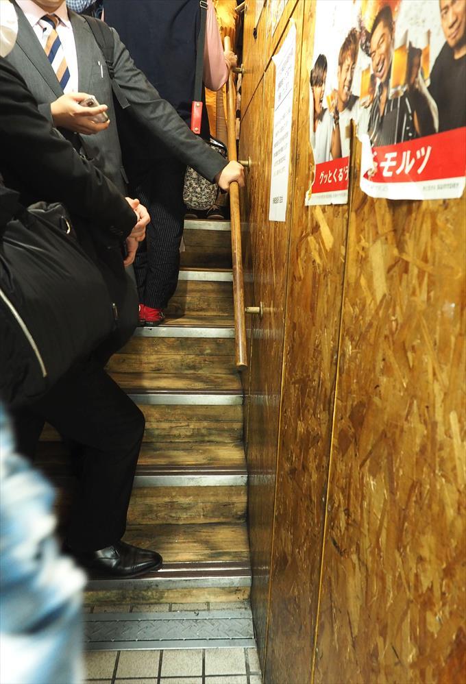 きじ総本店階段の行列