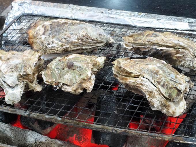 炭火の上で焼かれる牡蠣
