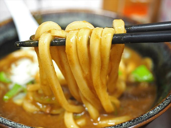 そば太郎のカレーうどんの麺アップ