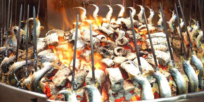 炭火で鮎を焼く
