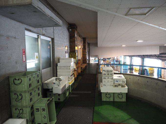 魚市場食堂前のトロ箱