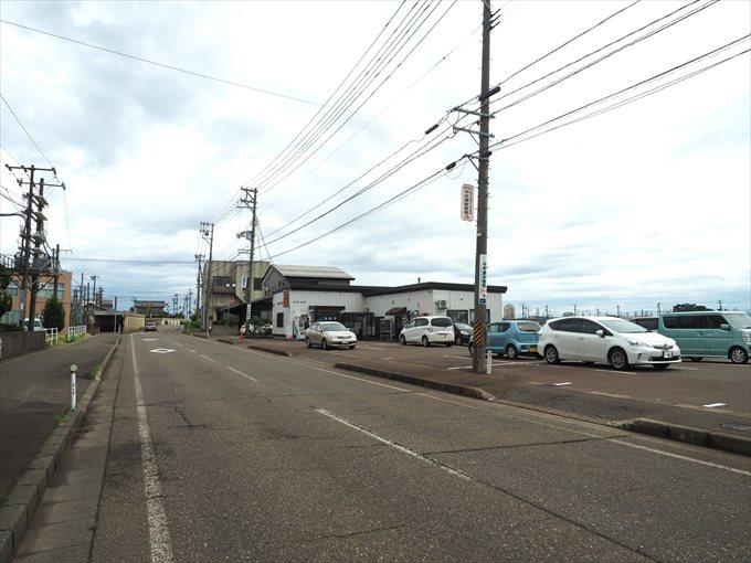 店舗外観と駐車場
