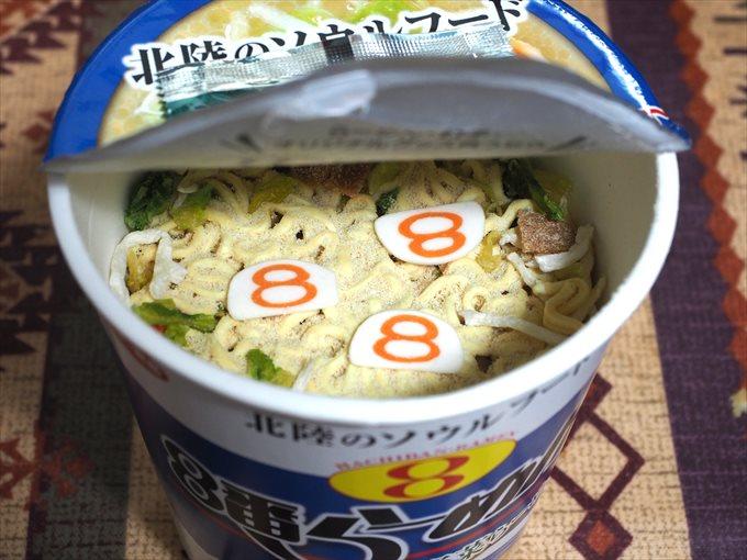 8番らーめんカップ麺の中身